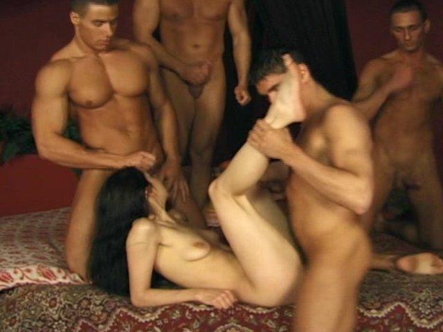 porno-video-devushka-i-mnogo-parney